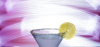 一块玻璃的剪影与鸡尾酒的 免版税库存图片