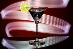 一块玻璃的剪影与鸡尾酒的 免版税图库摄影