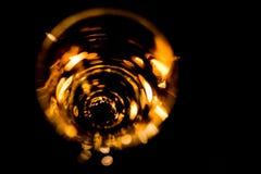 一块玻璃的抽象照片用威士忌酒,照亮由蜡烛 免版税库存图片