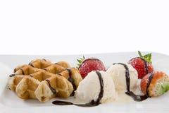 从一块白色板材的透视图用奶蛋烘饼、冰和strawbe 库存照片