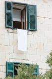 从一块白色砖的美丽的老房子,开窗口 库存照片