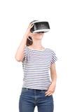 一块真正玻璃的少妇 数字式vr设备 在白色背景隔绝的虚拟现实盔甲的女性行动 库存照片