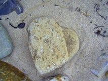 一块石头的心脏在海滩的 库存图片