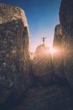 一块石头的人在一个深峡谷 Instagram仿效 库存图片