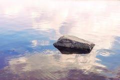 一块石头的图象在水中 库存图片