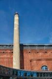 一块砖的烟囱在一个老啤酒厂 免版税库存图片