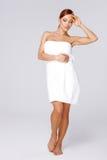 一块空白毛巾的美丽的妇女 免版税库存图片