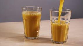 一块空的玻璃填装刷新橙汁过去慢动作白色背景特写镜头 影视素材
