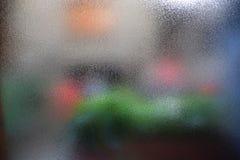 一块粒状玻璃的特写镜头视图与五颜六色的斑点可看见的behin的 库存照片