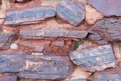 从一块粗砺的石头的墙壁 库存照片