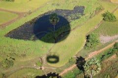 一块绿色沼地的看法有一个阴影的从气球 图库摄影