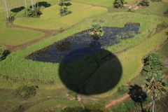 一块绿色沼地的看法有一个阴影的从气球 免版税库存图片