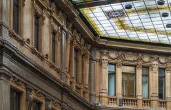 一块美丽的彩色玻璃的细节在屋顶的 老大厦 库存图片