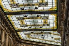 一块美丽的彩色玻璃的细节在屋顶的 老大厦 免版税库存照片