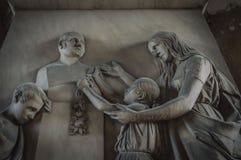 一块老墓碑的鬼的家庭画象 免版税库存图片
