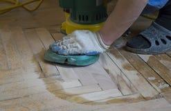 一块老木镶花地板的整修 图库摄影
