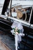 一块老汽车收音机和仪表板的减速火箭的被称呼的图象在一辆经典汽车里面 免版税图库摄影