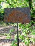 一块老生锈的板材紧固了到增强标尺 免版税库存照片