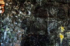 从一块老砖的墙壁与裂缝 库存照片