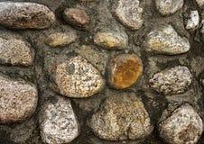一块自然石头 他们一起用水泥涂 库存图片