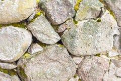一块自然石头 他们一起用水泥涂 库存照片
