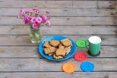 一块蓝色板材的曲奇饼妖怪 免版税库存照片
