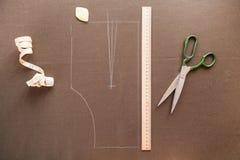 一块衣服样式模板的静物画照片与卷尺, c的 库存图片