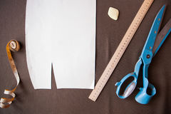 一块衣服样式模板的静物画照片与卷尺, c的 图库摄影