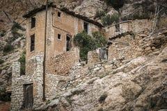 一块被放弃的古老石头的废墟在山坡做了建造的房子 库存图片