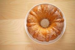 一块被烘烤的圆形蛋糕的顶视图在桌上的 免版税图库摄影