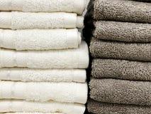 一块软的特里毛巾基于架子 浴的毛巾 在角落的架子 免版税库存图片