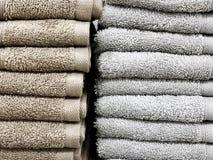 一块软的特里毛巾基于架子 浴的毛巾 在角落的架子 库存图片