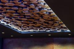 一块非常异常的现代天花板由Cutted木头制成 免版税图库摄影