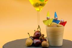 一块高玻璃的水平的看法与柠檬嘶嘶响鸡尾酒,橄榄的 库存照片