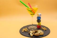 一块高玻璃的水平的看法与柠檬嘶嘶响鸡尾酒,橄榄的 免版税库存图片
