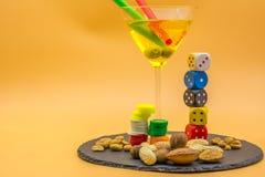 一块高玻璃的水平的看法与柠檬嘶嘶响鸡尾酒,橄榄的 图库摄影