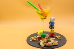 一块高玻璃的水平的看法与柠檬嘶嘶响鸡尾酒,橄榄的 库存图片