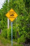 一块黄色小心牌在丁亲爱的NWR,佛罗里达 免版税库存图片