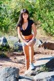 一块黑上面和牛仔布的美丽的女孩短缺在大鹏的身分 库存照片