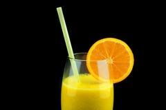 一块玻璃用新鲜的橙汁 自然新鲜的橙汁 免版税库存图片