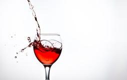 一块玻璃用桃红葡萄酒和浪花 免版税库存照片