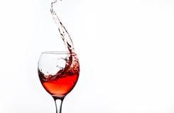 一块玻璃用桃红葡萄酒和浪花 库存图片