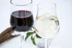 杯水和酒 免版税库存图片