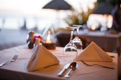 一块玻璃的特写镜头在一家餐馆在晚上 免版税图库摄影
