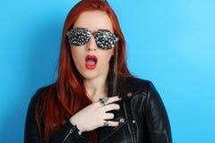 一块黑皮夹克和手工制造玻璃的女孩 免版税库存图片