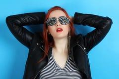 一块黑皮夹克和手工制造玻璃的女孩 库存照片