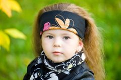 一块黑皮夹克和班丹纳花绸的小女孩 图库摄影