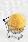 一块黄色海绵 免版税图库摄影