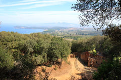 一块etruscan大墓地在森林临近Populonia,意大利 免版税库存图片