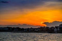 一处剧烈的充满活力的日落风景在鳕鱼角马萨葡萄园岛,马萨诸塞 免版税库存图片